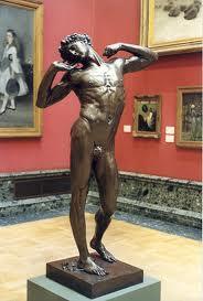 homem estátua nua